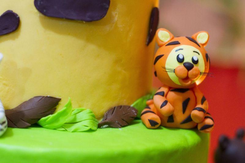 Torta di compleanno con la pasta di zucchero