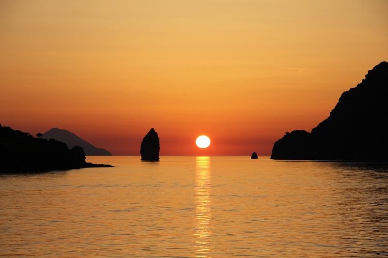 Vacanze in catamaranoalle Eolie: le 7 perle del Mediterraneo