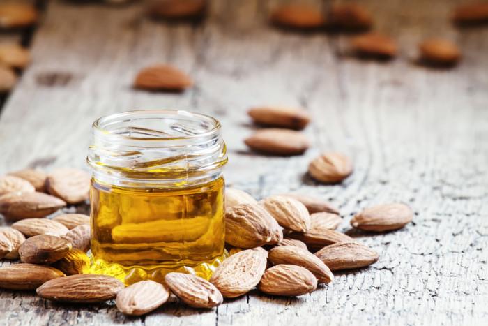 Olio di mandorle dolci: usi, proprietà e benefici